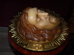 Резная глава Иоанна Крестителя на блюде с частицей его мощей.